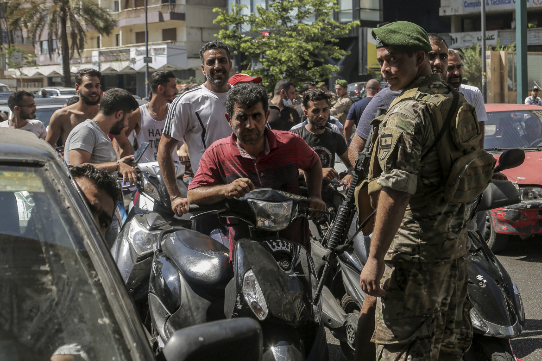 Un militare controlla l'ingresso a una stazione di benzina a Beirut