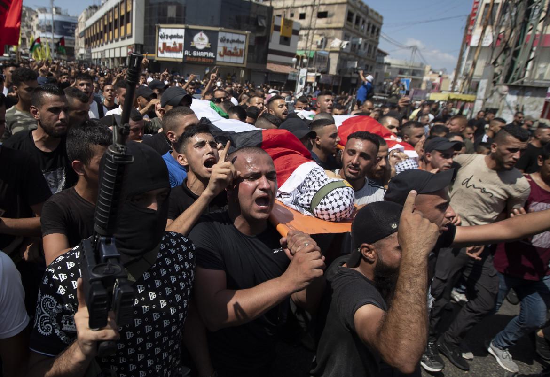 I funerali ieri a Jenin di due dei palestinesi uccisi