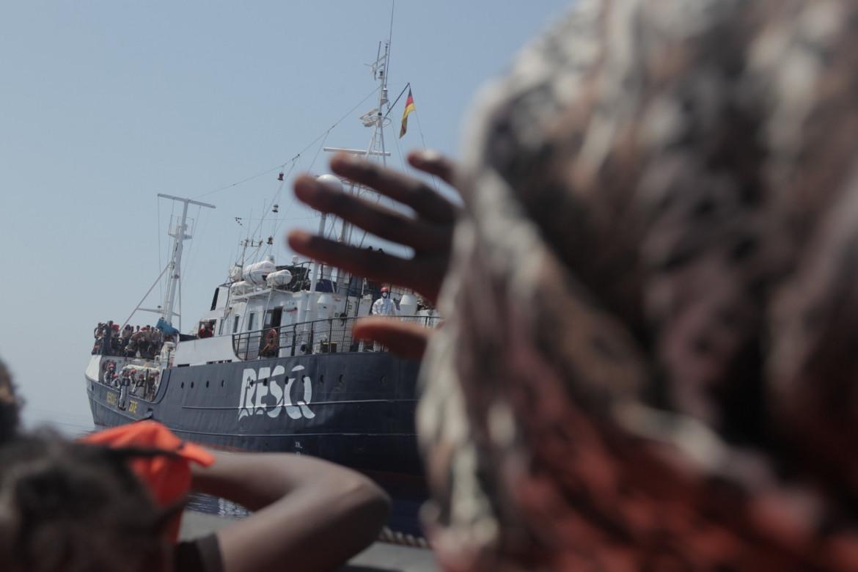 La nave umanitaria ResQ, ultima arrivata nel Mediterraneo centrale