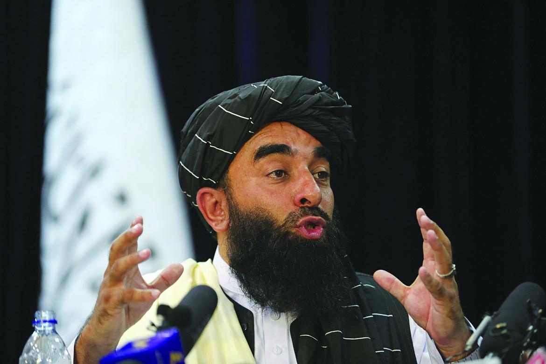 Il portavoce Zabihullah Mujahid alla prima conferenza stampa dei Talebani