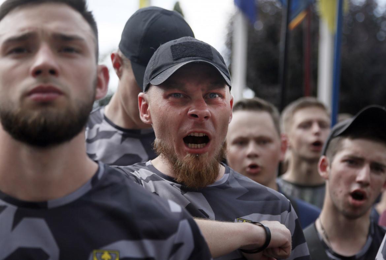 Kiev, manifestazione del Battaglione Azov di fronte al palazzo presidenziale ucraino