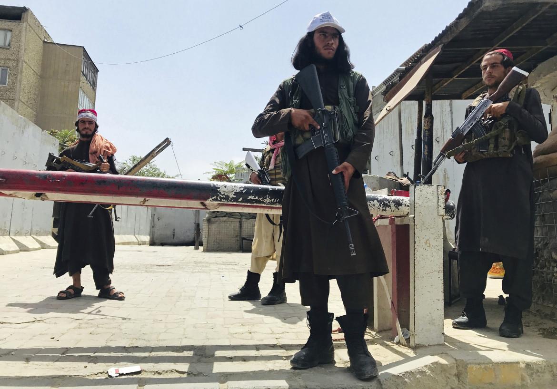Kabul, talebani a un check point vicino all'ambasciata statunitense, precedentemente controllato dai soldati Usa