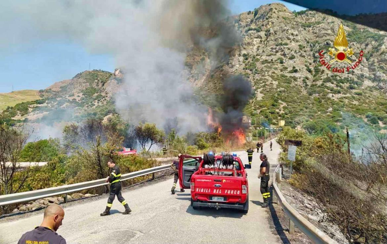 Intervento dei pompieri per spegnere le fiamme a Belvedere di Spinello (Crotone)