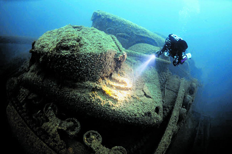 I resti della petroliera britannica Empire Heritage che trasportava anche dei carrarmati