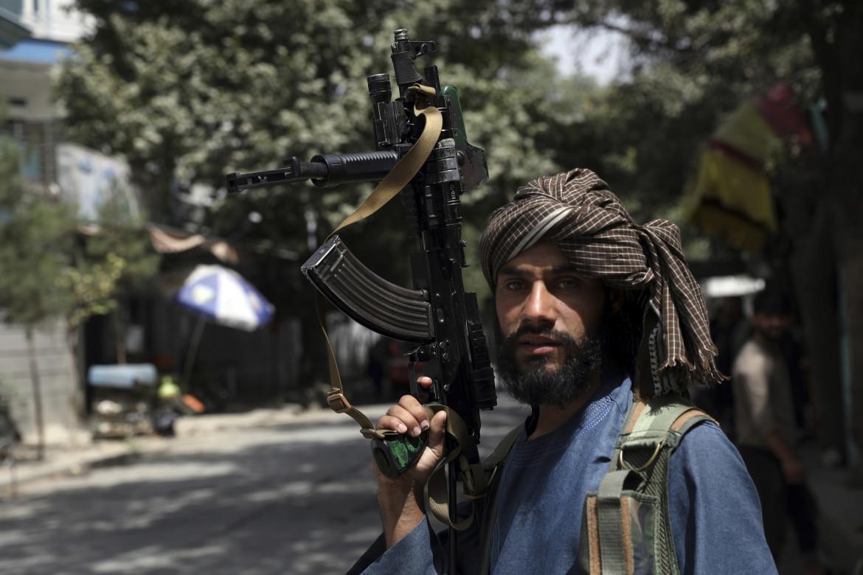 Un miliziano talebano di guardia a un checkpoint nel quartiere Wazir Akbar Khan di Kabul