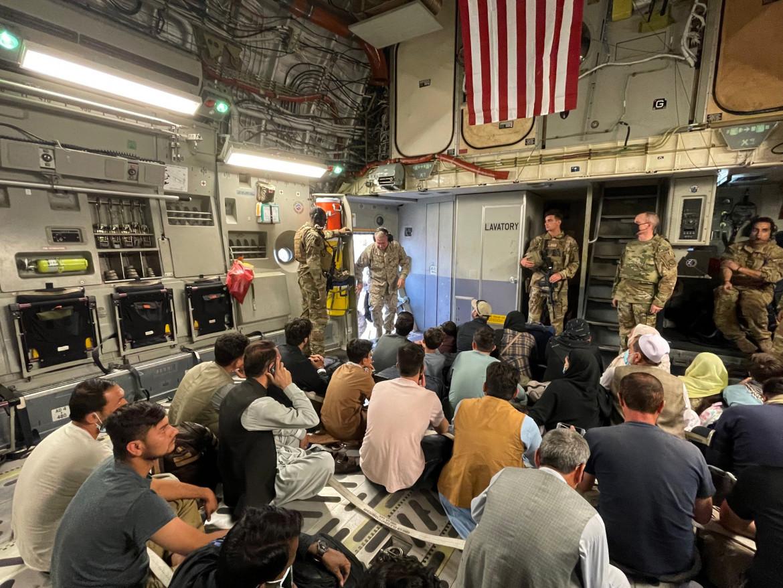 Un aereo della Marina Usa in partenza da Kabul con a bordo cittadini afghani