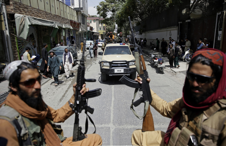 Miliziani talebani ieri in perlustrazione di Kabul