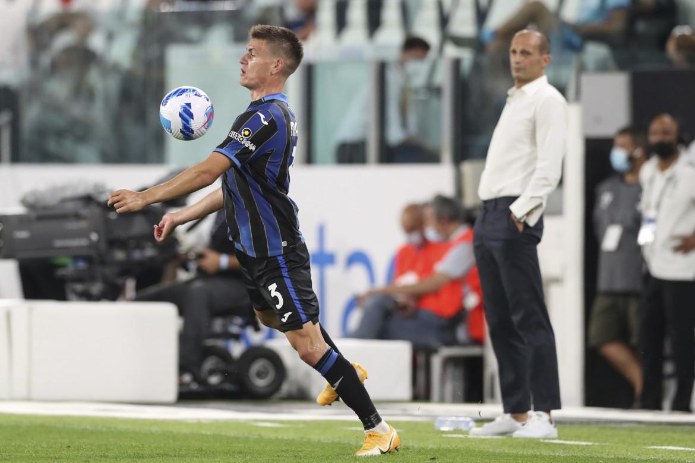 Massimiliano Allegri, nuovo-vecchio allenatore della Juventus, scruta lo stop di Joakim Maehle dell'Atalanta durante l'amichevole dello scorso 14 agosto all'Allianz