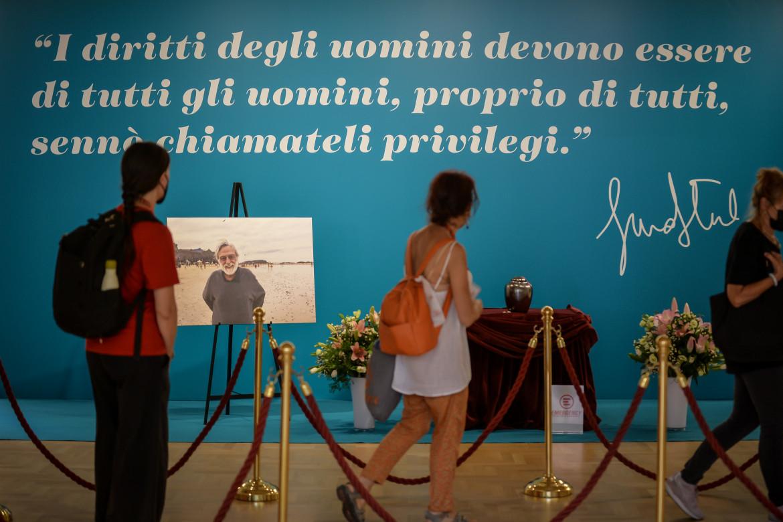 La camera ardente per Gino Strada, aperta ieri nella sede milanese di Emergency