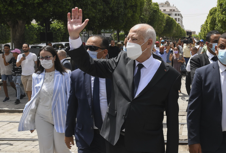 Il presidente Kais Saied su Avenue Bourguiba a Tunisi dopo aver assunto i pieni poteri