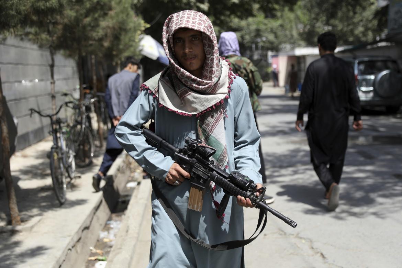 Talebano pattuglia il quartiere di Wazir Akbar Khan a Kabul