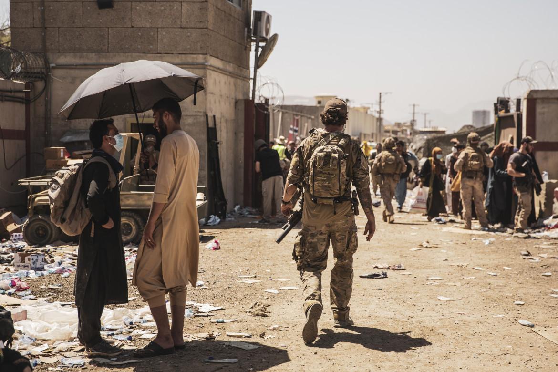 Soldati Usa e civili afghani all'aeroporto di Kabul