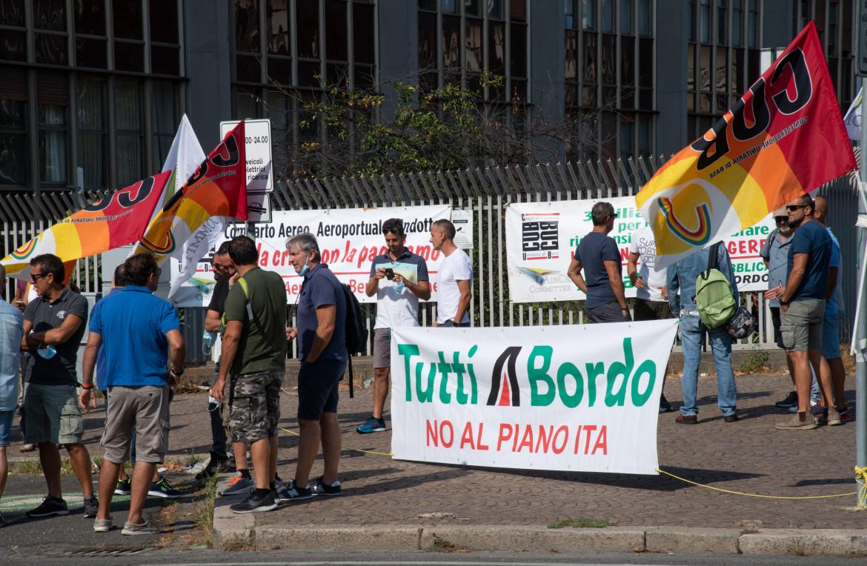 Presidio dei lavoratori durante l'incontro tra dirigenti Ita e sindacati