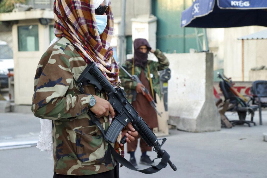 Talebani di guardia a un checkpoint a Kabul