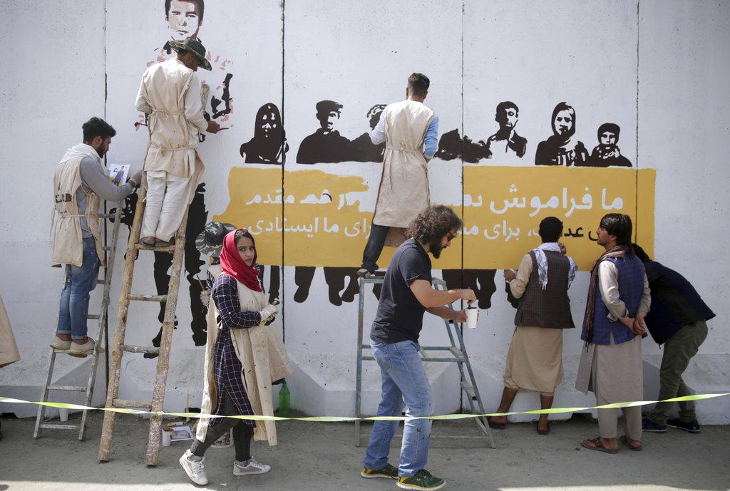 Kabul, artisti dell'organizzazione afghana ArtLords fanno un murales con i volti dei giornalisti uccisi