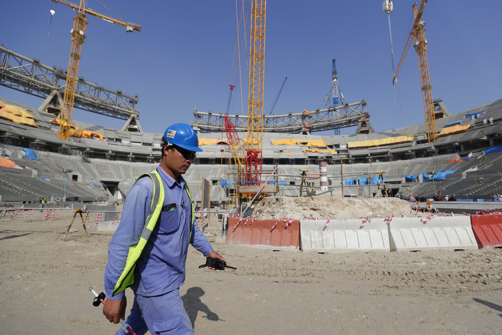 I lavori di costruzione di uno stadio in Qatar