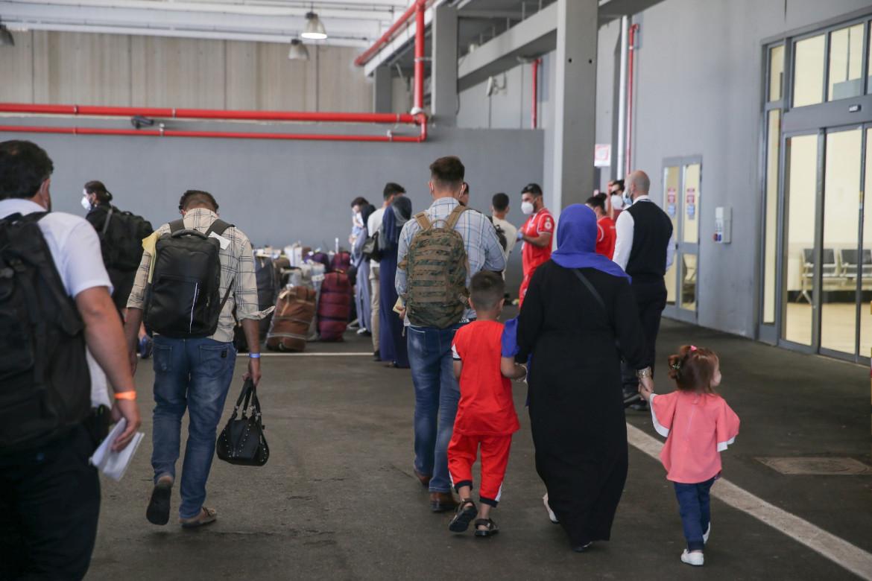 L'arrivo a Fiumicino dei primi 82 afghani evacuati la scorsa settimana