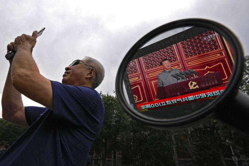 Xi Jinping su un maxischermo durante le celebrazioni per il centenario del Pcc