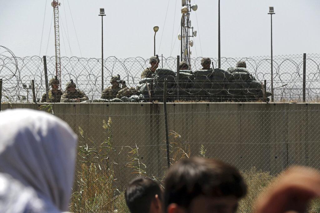 Soldati statunitensi dentro l'aeroporto di Kabul