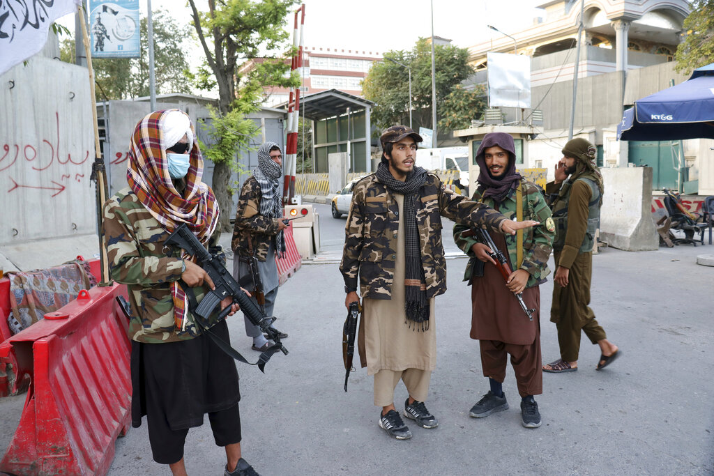 Combattenti talebani a un check point stradale a Kabul