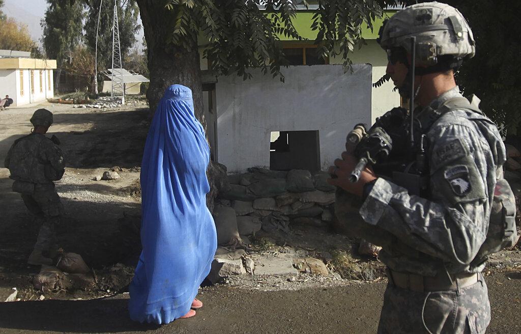 Una donna afghana vicino a un soldato statunitense a Chowkay
