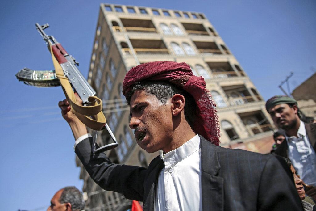 Un combattente Houthi nella capitale yemenita Sana'a