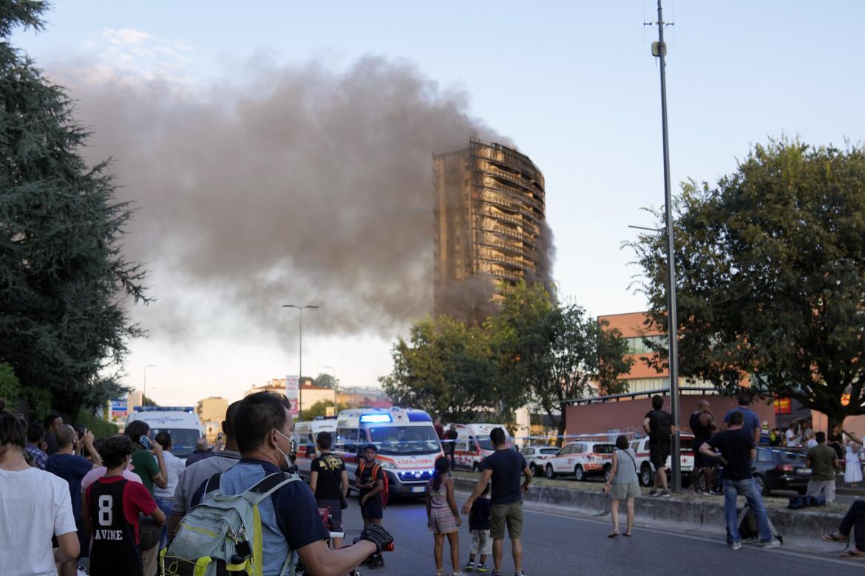 Brucia la Torre dei Moro in via Antonini a Milano