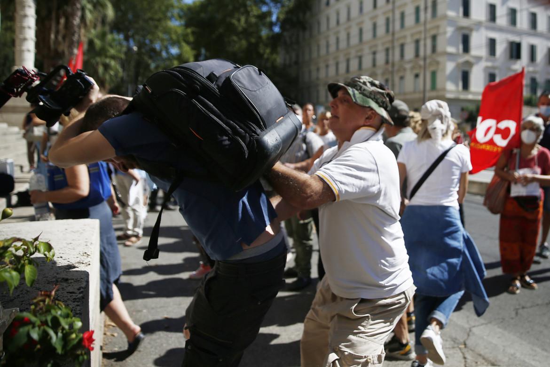 Roma, l'aggressione al  giornalista di «Repubblica»  davanti al Miur