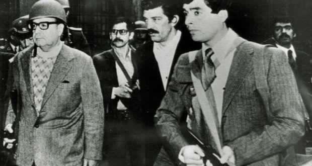 Santiago del Cile, attacco alla Moneda, 11 settembre 1973. L'uomo con i baffi e gli occhiali nella scorta di Allende è il piemontese Juan Montiglio. Per il suo omicidio sono stati condannati i tre militari cileni di cui la ministra Cartabia chiede l'estradizione