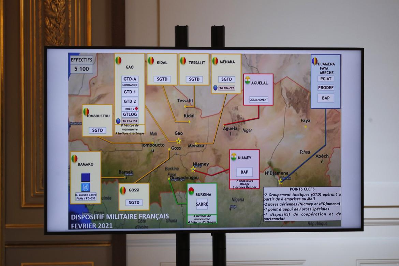 La presenza militare francese nel Sahel su una mappa illustrata durante un briefing all'Eliseo