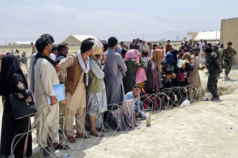 Civili afghani vicino all'aeroporto di Kabul