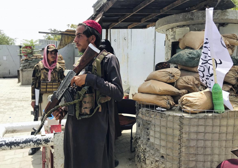 Combattenti talebani a un check point nei pressi dell'ambasciata Usa di Kabul, precedentemente controllato dai soldati statunitensi