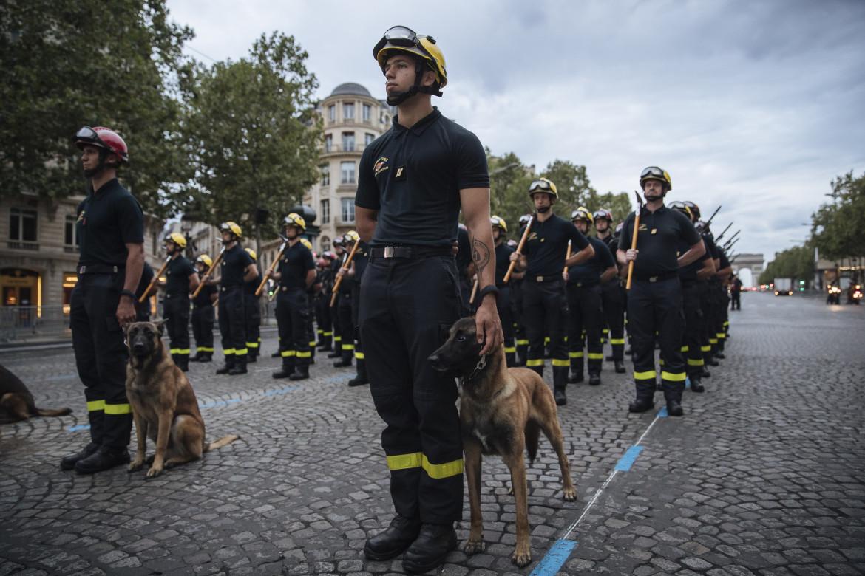 Parata di pompieri a Parigi