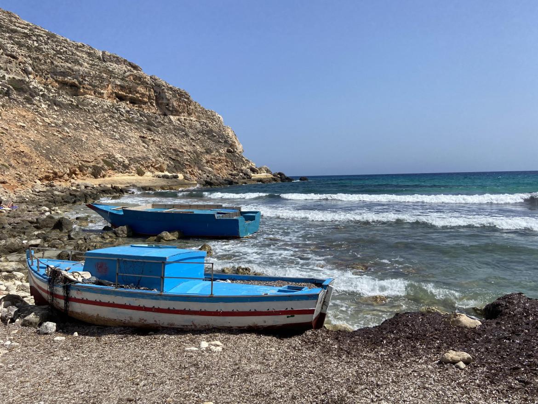 Due barche utilizzate dai migranti a Cala Pulcino, Lampedusa
