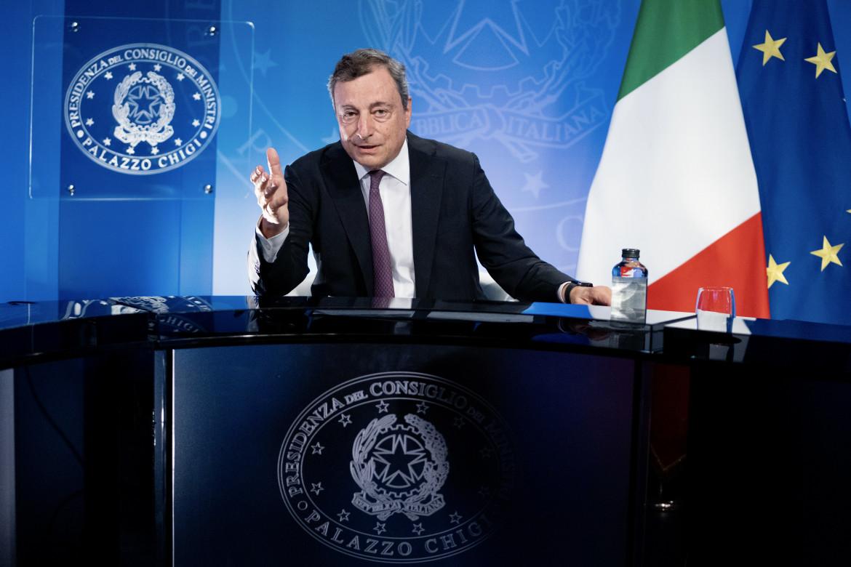 Mario Draghi e in basso il presidente francese Macron collegati con il G7 da remoto