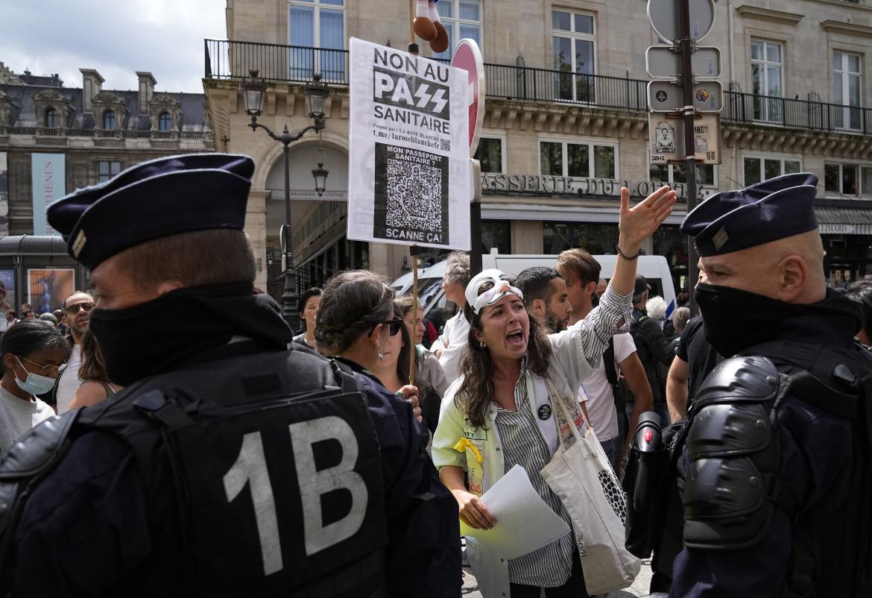 Parigi, manifestazione di protesta contro il pass sanitaro