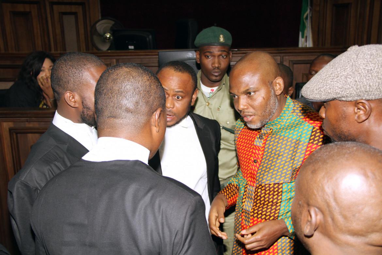 Kanu discute con i suoi avvocati durante il processo del 2016