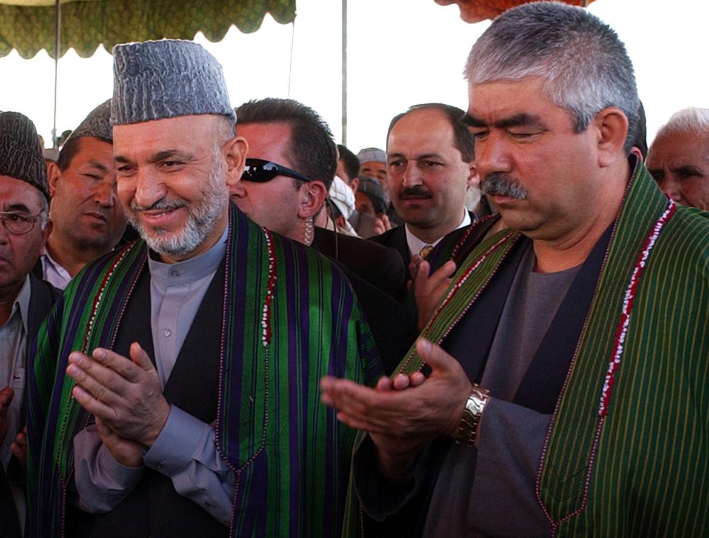 In un'immagine del 2004, l'allora presidente afghano Hamid Karzai e il signore della guerra di origine uzbeka Abdul Rashid Dostum