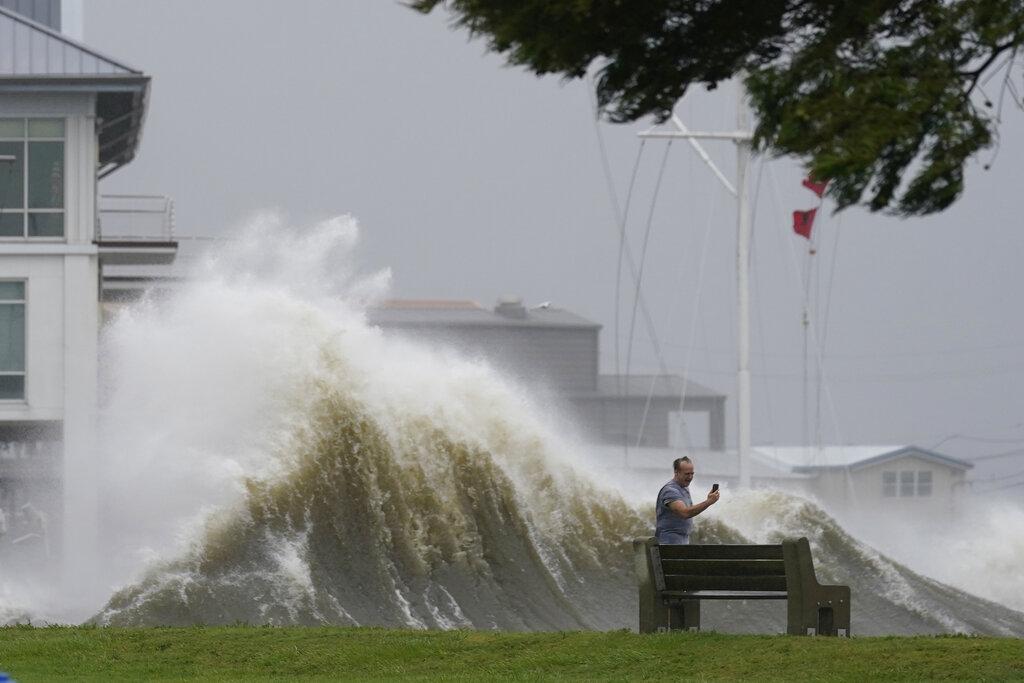 Uno uomo scatta una foto durante la tempesta a New Orleans