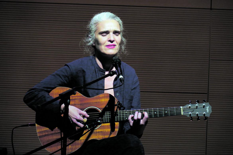 La cantante e chitarrista portoghese Lula Pena (ph. Valerio Corzani)