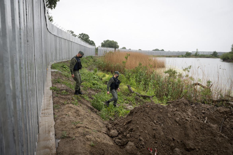 Militari greci presidiano il muro al confine con la Turchia lungo il fiume Evros