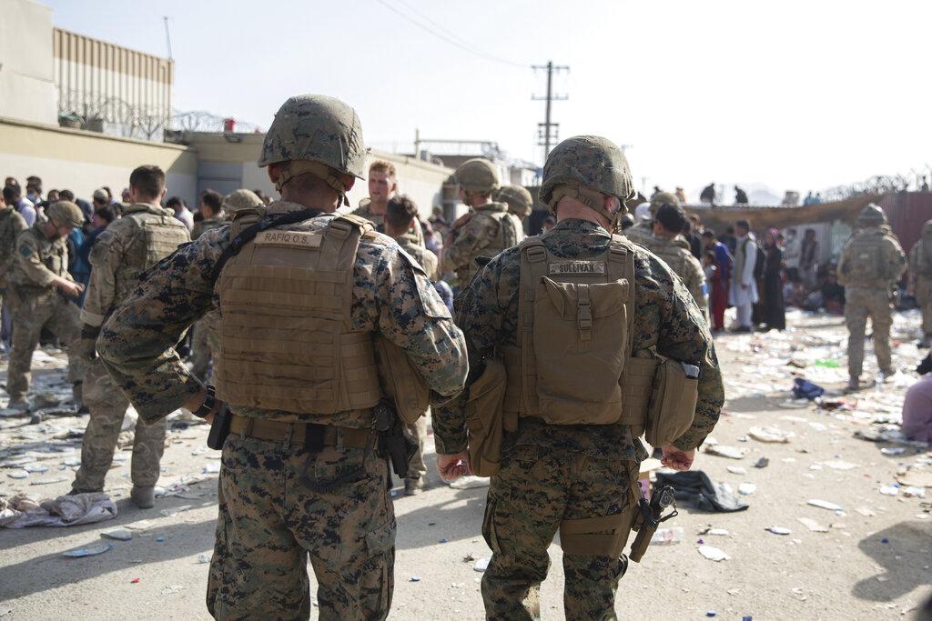 Soldati americani durante le fasi di evacuazione all'aeroporto di Kabul