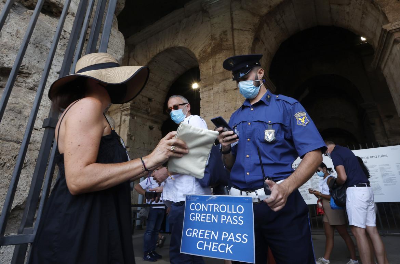 Roma, controllo del green pass al Colosseo