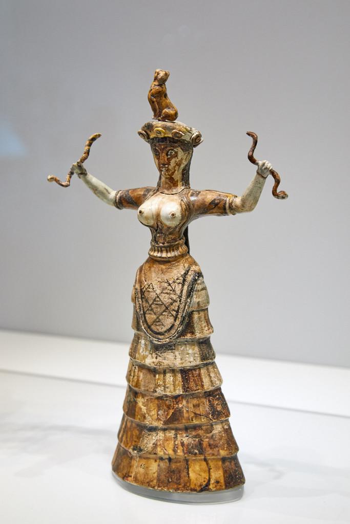 Statuetta della cosiddetta Dea dei sepenti,  Hiraklio, Creta, Museo Archeologico, 1600-1580 a.C. ca.