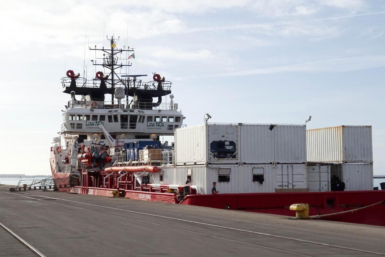 Nave di un'ong nel porto di Taranto; in basso Rinaldo Melucci