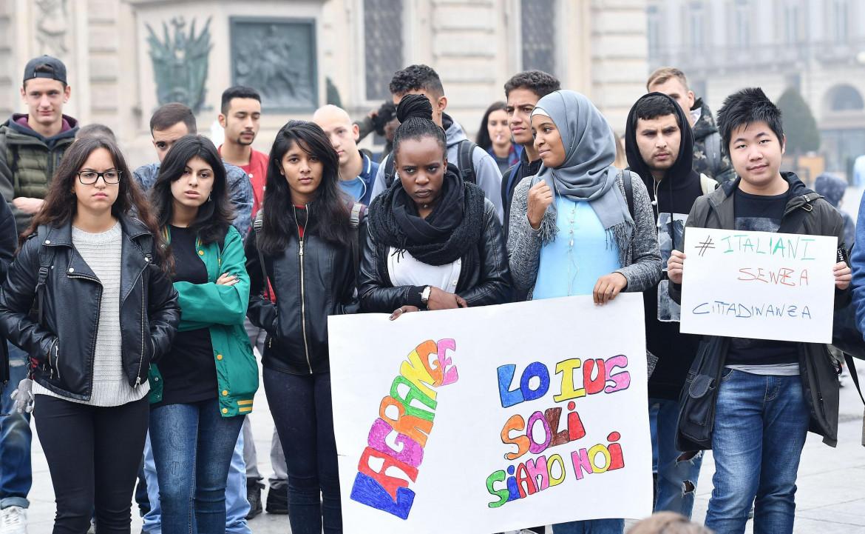 Manifestazione per lo ius soli a Torino, in basso Enrico Letta