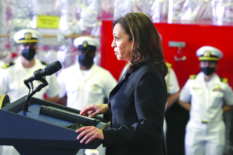 La vice presidente statunitense Kamala Harris in visita alla USS Tulsa di stanza a Singapore