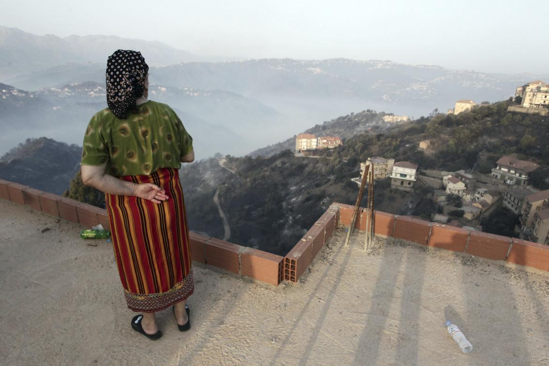 Incendio a Larbaa Nath Irathen, in Cabilia (Algeria) foto Ap