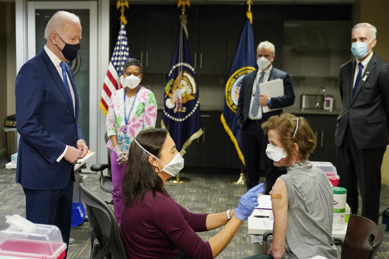 Washington, Joe Biden visita un sito di vaccinazione