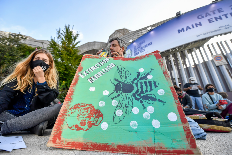 Extinction Rebellion in azione alla Fiera Milano dove si svolge il Yout4Climate summit
